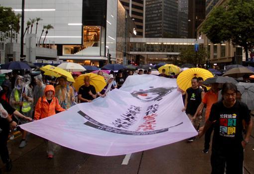 La cabecera de la marcha, presidida por una imagen denunciando que una joven puede quedarse ciega por una pelota de goma de la Policía antidisturbios