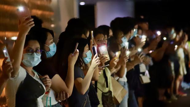 Un aspecto de la cadena humana formada a lo largo de 33 kilómetros en Hong Kong