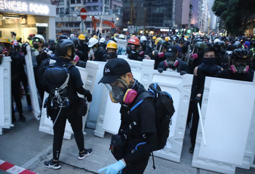 Los jóvenes montan barricadas en el centro de Hong Kong para frenar el avance de la Policía