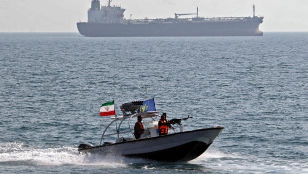 Personal militar iraní navega en patrulleras frente a un petrolero, en una imagen de archivo