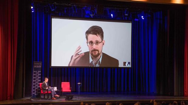 Snowden durante la presentación de sus memorias en Berlín a través de videoconferencia