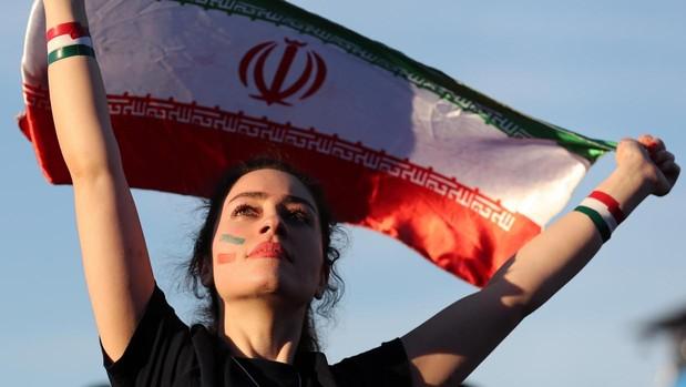 Una joven con la bandera iraní