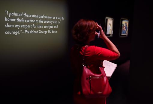 La exposición de las pinturas de Bush
