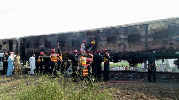 Al menos 65 muertos por la explosión de una bombona de gas en un tren en Pakistán