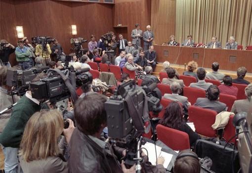 La conferencia de prensa el 9 de noviembre de 1989. Riccardo Ehrman es el que está sentado en el podio, con la mesa detrás de él. Günter Schabowski (segundo desde la derecha, sentado) habla ante los micrófonos