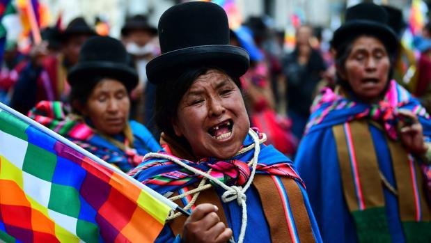 El Gobierno interino de Bolivia y el partido de Evo Morales tratan de rebajar la tensión