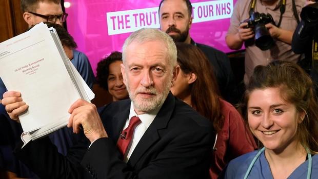 Corbyn muestra unos documentos que prueban que Johnson negocia el sistema sanitario con EE.UU.