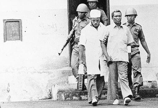 Francisco Macías, escoltado por militares poco antes de su muerte. Macías dirigió con mano de hierro y delirio Guinea Ecuatorial desde 1968 a 1979, cuando fue derrocado y ejecutado
