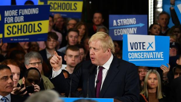 La ventaja de Johnson se estrecha, según la mayor encuesta británica