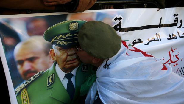 Multitudinario adiós en Argelia al poderoso general Gaid Salah
