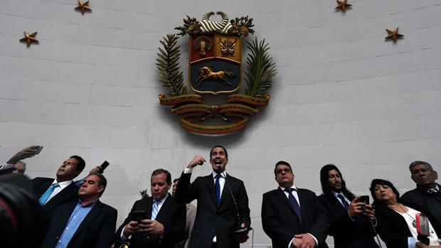 Guaidó y los diputados opositores consiguen forzar las puertas y toman el control de la Asamblea