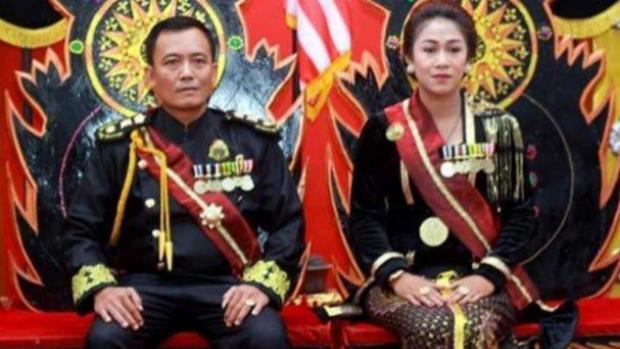 Detienen en Indonesia a un matrimonio por estafa y por autoproclamarse «reyes del mundo»