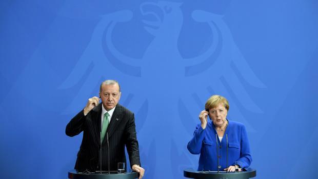 Merkel promete a Erdogan más fondos alemanes para gestión de refugiados