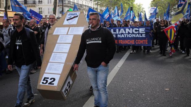 Una manifestación de la Policía francesa que denuncia la crisis de los suicidios