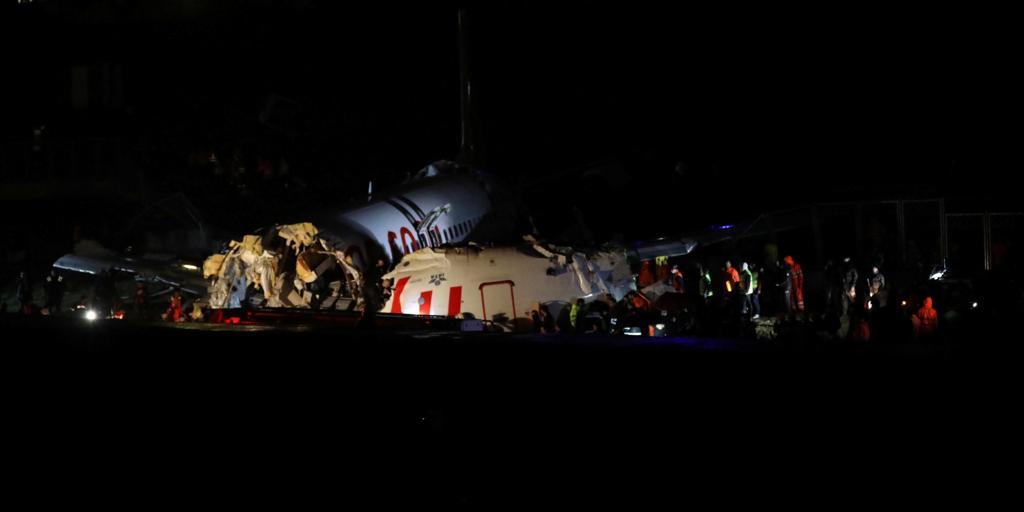 Al menos un muerto y 157 heridos en el avión turco que se salió de la pista al aterrizar y se partió en tres