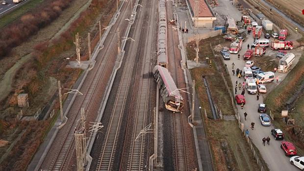 Mueren dos maquinistas y 27 personas resultan heridas tras descarrillar un tren de alta velocidad en Italia