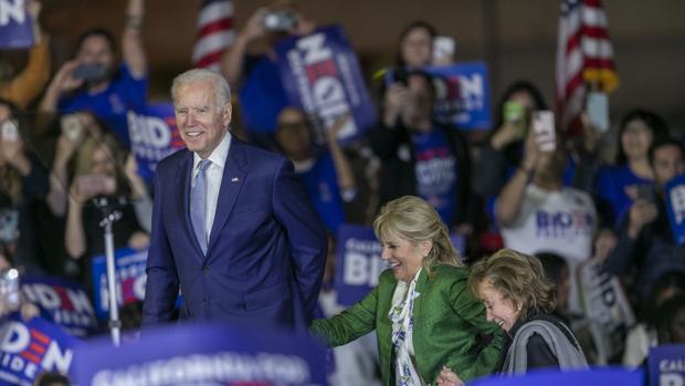 Una épica remontada de Biden aboca las primarias a un duelo con Sanders