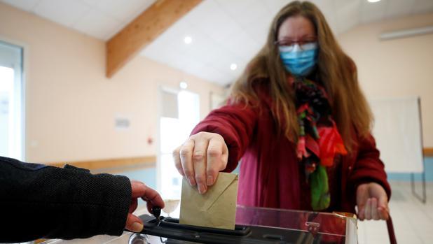 Terremoto político en Francia por la alta abstención en las municipales a causa del coronavirus