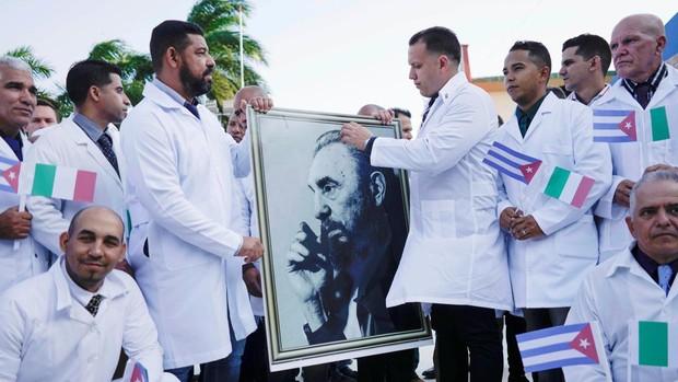 Rusia y Cuba reivindican su sanidad con ayudas a Italia