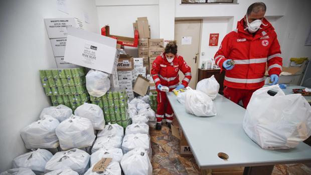 Italia ayuda con alimentos y bonos de compra a las familias al temer desórdenes por el hambre