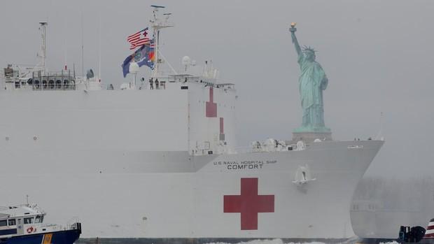 Llega a Nueva York el buque-hospital de la Armada de EE.UU. para paliar el colapso sanitario