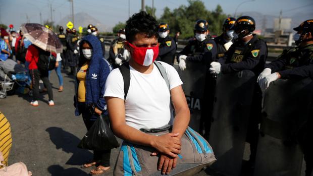 Miles de peruanos intentan salir de Lima y pasar el confinamiento en el interior