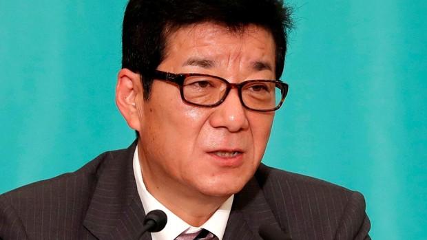 Un político japonés pide que los hombres compren en la pandemia porque tardan menos que las mujeres