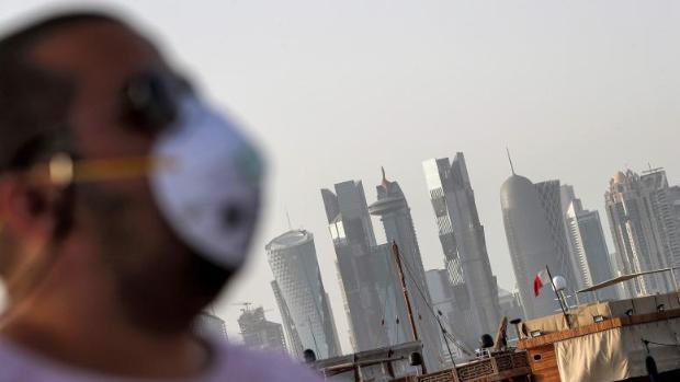 Hasta tres años de cárcel a quien no use la mascarilla en público en Qatar