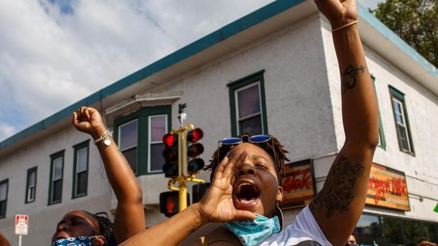 Miles de personas protestan en Mineápolis por la muerte de un hombre negro a manos de la Policía