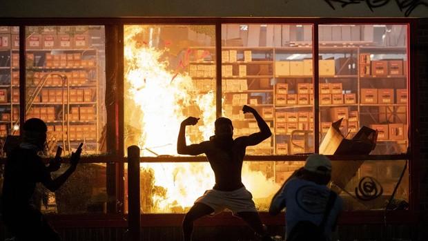 Los disturbios por la muerte de un negro desarmado a manos de la Policía incendian Minneapolis