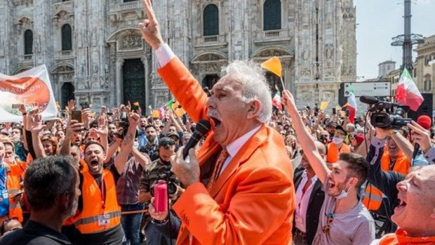 En Milán los llamados «chalecos naranja» protestan contra el Gobierno sin mascarillas y afirman que el virus es una invención