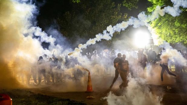 La ola de disturbios raciales empuja a Estados Unidos a un abismo