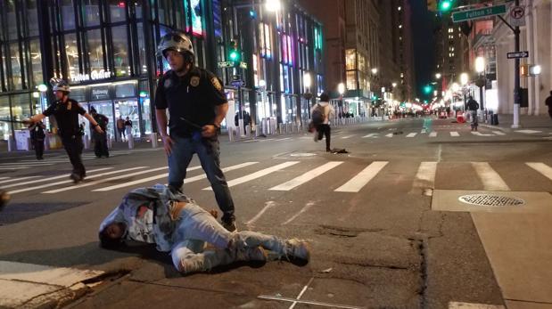 Los saqueos oscurecen las protestas en Nueva York y Trump exige mano dura