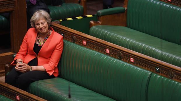 Theresa May ataca a Johnson por las negociaciones del Brexit y la gestión del coronavirus