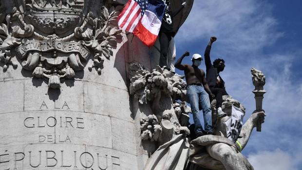 Londres y París viven una tensa jornada de protestas con cargas policiales y manifestantes exaltados