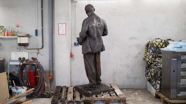 Un pequeño partido comunista inaugura una estatua de Lenin a la puerta de su sede en Alemania