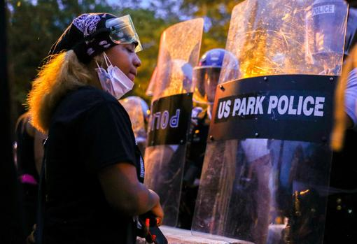 Manifestantes se enfrentan con la policía en los alrededores de la Casa Blanca