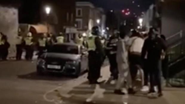 Nuevo ataque a la Policía en Londres cuando intentaba suspender una fiesta ilegal