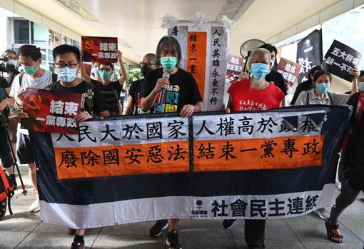 Manifestantes en favor de la democracia protestan contra la ley de seguridad nacional
