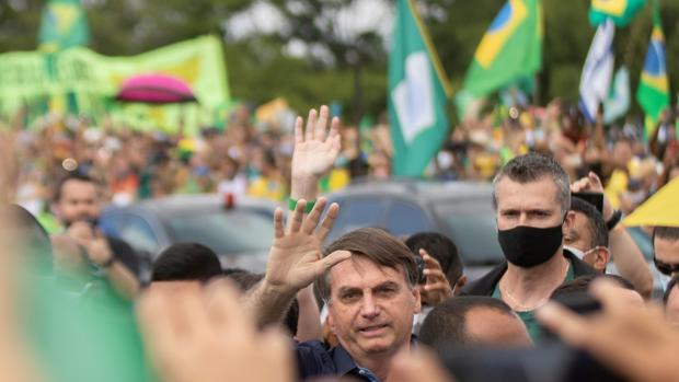 Cientos de brasileños temen que Bolsonaro les haya contagiado el coronavirus