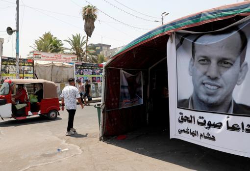 Un cartel recuerda a Hisham Al Hashei, exasesor del nuevo primer ministro que fue asesinado el pasado 8 de julio en Bagdad