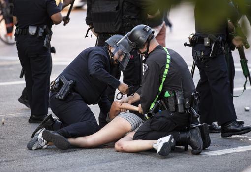 Detención de una persona durante la protesta en Los Ángeles