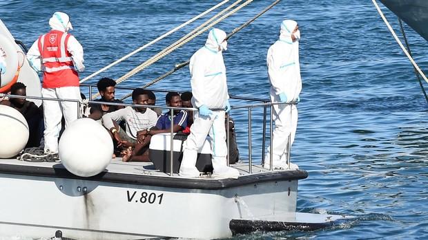 Italia envía militares y barcos a Sicilia y Lampedusa ante la saturación de los centros de inmigrantes