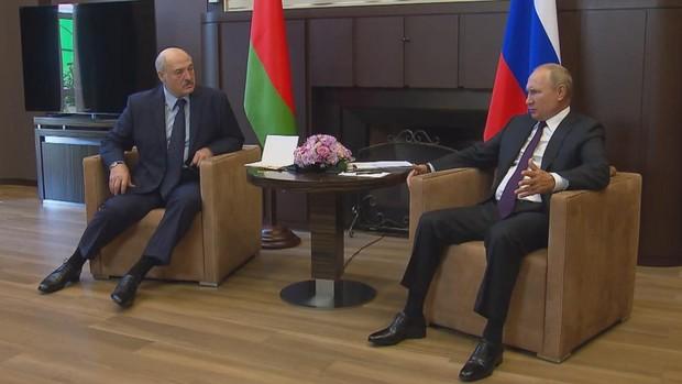 Putin entrega a Lukashenko fondos y mantiene que no interferirá en Bielorrusia
