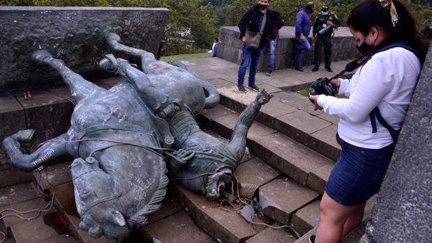 Indígenas derriban una estatua de un conquistador español en Colombia