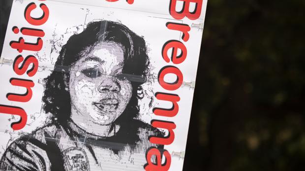 Imputan a un policía en EE.UU. por la muerte de una joven negra durante un registro en su casa
