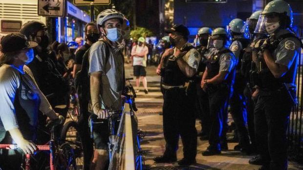 Dos policías, heridos en las protestas por la no imputación de agentes por la muerte de Breonna Taylor