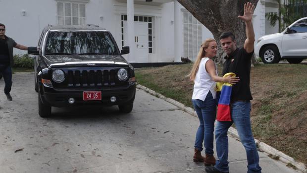 Leopoldo López abandona la Embajada de España en Caracas y se dirige a Madrid