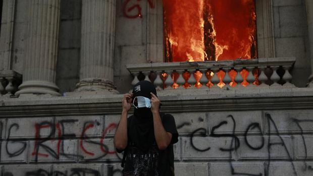 Cientos de manifestantes toman el Congreso de Guatemala y le prenden fuego