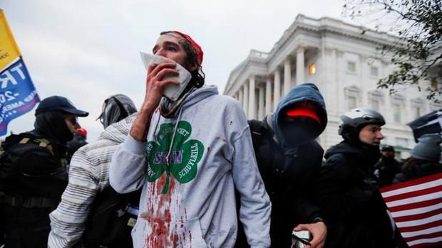 Cuatro personas muertas y medio centenar de detenidos durante el asalto al Capitolio de EE. UU.